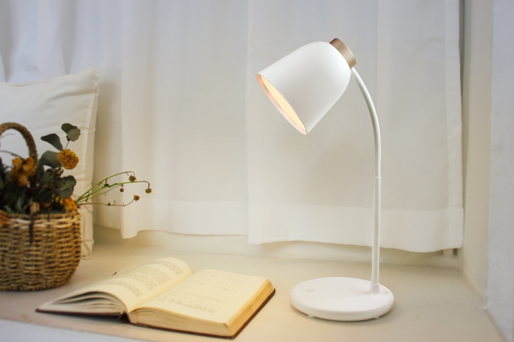 Folding led desk lamp with lithium battery for housing with touch sensitive